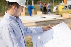 Αρχιτέκτονας που μελετά ένα σχεδιάγραμμα στην περιοχή Στοκ εικόνες με δικαίωμα ελεύθερης χρήσης