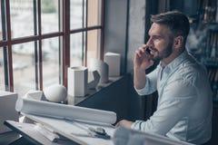 Αρχιτέκτονας που μιλά στο τηλέφωνο στοκ εικόνες με δικαίωμα ελεύθερης χρήσης