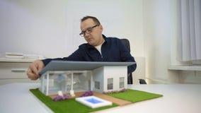Αρχιτέκτονας που παρουσιάζει σας έναν πρότυπο house απόθεμα βίντεο