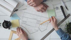 Αρχιτέκτονας που παρουσιάζει σκίτσο σπιτιών σε έναν πελάτη απόθεμα βίντεο