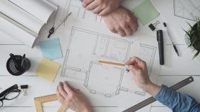 Αρχιτέκτονας που παρουσιάζει σχέδιο σπιτιών του σε έναν πελάτη απόθεμα βίντεο
