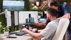 Αρχιτέκτονας που χρησιμοποιεί ένα τρισδιάστατο λογισμικό για να παρουσιάσει νέο κτήριο απόθεμα βίντεο
