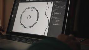 Αρχιτέκτονας στην εργασία με ένα λογισμικό CAD με έναν φορητό προσωπικό υπολογιστή απόθεμα βίντεο