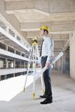 Αρχιτέκτονας στο εργοτάξιο οικοδομής Στοκ εικόνες με δικαίωμα ελεύθερης χρήσης