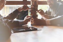 Αρχιτέκτονας, υπεύθυνος για την ανάπτυξη σπιτιών και επιχειρηματίας που βγάζουν το ξύλο buil Στοκ φωτογραφία με δικαίωμα ελεύθερης χρήσης