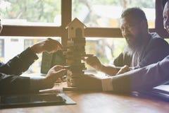Αρχιτέκτονας, υπεύθυνος για την ανάπτυξη σπιτιών και επιχειρηματίας που βγάζουν το ξύλο buil Στοκ Εικόνες
