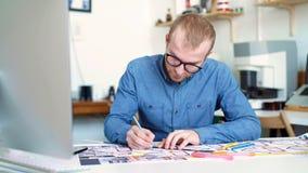 Αρχιτέκτονας Hipster που εργάζεται από το σπίτι, που σκιαγραφεί ένα πρόγραμμα στέγασης απόθεμα βίντεο
