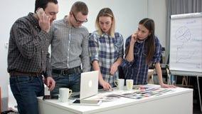 Αρχιτέκτονες και σχεδιαστές που εργάζονται στο γραφείο φιλμ μικρού μήκους