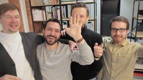Αρχιτέκτονες ομάδας που έχουν τη διασκέδαση μπροστά από τη κάμερα στο γραφείο αρχιτεκτόνων γραφείων Νέοι επαγγελματίες που ολοκλη απόθεμα βίντεο