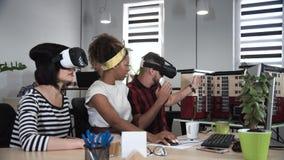 Αρχιτέκτονες που εργάζονται στα γυαλιά VR στοκ εικόνες