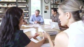 Αρχιτέκτονες που κάθονται τον πίνακα που διοργανώνει τη συνεδρίαση φιλμ μικρού μήκους