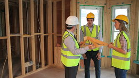 Αρχιτέκτονες που προγραμματίζουν την κατασκευή του σπιτιού φιλμ μικρού μήκους