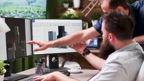 Αρχιτέκτονες που χρησιμοποιούν το τρισδιάστατο λογισμικό για να συζητήσει το νέο κτήριο πλαστό UPS απόθεμα βίντεο