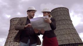 Αρχιτέκτονες στο υπόβαθρο του πυρηνικού σταθμού Οι επιχειρηματίες συζητούν τα προβλήματα της παγκόσμιας αύξησης της θερμοκρασίας  απόθεμα βίντεο