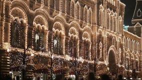 Αρχιτεκτονικά κτήρια στη Μόσχα τη νύχτα στον εορταστικό φωτισμό Περπατώντας περαστικοί νέο έτος θέματος φιλμ μικρού μήκους