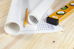 Αρχιτεκτονικά σχέδια που βάζουν σε ένα ξύλινο πάτωμα Στοκ εικόνα με δικαίωμα ελεύθερης χρήσης