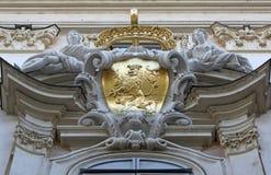 Αρχιτεκτονικές καλλιτεχνικές διακοσμήσεις στο σπίτι στη Βιέννη Στοκ Εικόνες