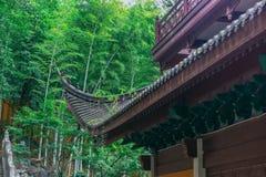 Αρχιτεκτονικές λεπτομέρειες των κτηρίων παραδοσιακού κινέζικου, ναός Lingyin, Hangzhou, Κίνα στοκ εικόνα