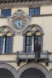 Αρχιτεκτονική: ένα ρολόι μεταξύ των παραθύρων ενός κτηρίου στοκ εικόνες με δικαίωμα ελεύθερης χρήσης