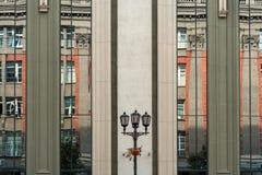 αρχιτεκτονική αστική Κάθετα αντανακλημένα παράθυρα του σύγχρονων κτηρίου και της αντανάκλασης άλλου κτηρίου σε το Στοκ εικόνα με δικαίωμα ελεύθερης χρήσης