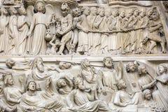 Αρχιτεκτονική λεπτομέρεια του καθεδρικού ναού της Notre Dame Λεπτομέρεια της κεντρικής πύλης, που απεικονίζει την τελευταία κρίση Στοκ Φωτογραφία