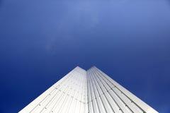 Αρχιτεκτονική λεπτομέρεια του μετάλλου μια σύγχρονη γεωμετρία με το υπόβαθρο μπλε ουρανού με το διάστημα αντιγράφων Στοκ φωτογραφία με δικαίωμα ελεύθερης χρήσης