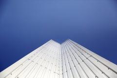 Αρχιτεκτονική λεπτομέρεια του μετάλλου μια σύγχρονη γεωμετρία με το υπόβαθρο μπλε ουρανού με το διάστημα αντιγράφων Στοκ εικόνα με δικαίωμα ελεύθερης χρήσης