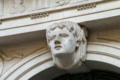 Αρχιτεκτονική λεπτομέρεια - χαρασμένο πρόσωπο επάνω από την αψίδα στην Τεργέστη, αυτό στοκ εικόνες
