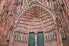 Αρχιτεκτονική λεπτομέρεια των αγαλμάτων στη σκεπαστή είσοδο πρόσοψης του καθεδρικού ναού φραγμάτων Notre στο Στρασβούργο στοκ φωτογραφίες