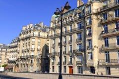 Αρχιτεκτονική με την οικοδόμηση της πρόσοψης κατά μήκος του ποταμού του Σηκουάνα, Παρίσι, Γαλλία Στοκ φωτογραφία με δικαίωμα ελεύθερης χρήσης