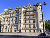 Αρχιτεκτονική με την οικοδόμηση της πρόσοψης κατά μήκος του ποταμού του Σηκουάνα, Παρίσι, Γαλλία Στοκ Φωτογραφία