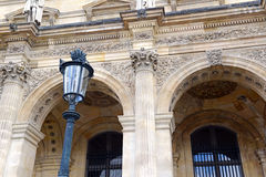 Αρχιτεκτονική με τις στήλες και την ελαφριά θέση, Παρίσι, Γαλλία Στοκ εικόνες με δικαίωμα ελεύθερης χρήσης