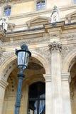 Αρχιτεκτονική με τις στήλες και την ελαφριά θέση, Παρίσι, Γαλλία Στοκ Εικόνες