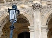 Αρχιτεκτονική με τις στήλες και την ελαφριά θέση, Παρίσι, Γαλλία Στοκ εικόνα με δικαίωμα ελεύθερης χρήσης