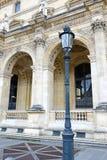 Αρχιτεκτονική με τις στήλες και την ελαφριά θέση, Παρίσι, Γαλλία Στοκ Φωτογραφίες