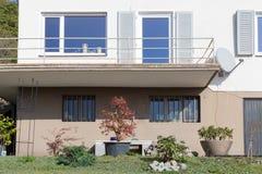 αρχιτεκτονική προσόψεων και παράθυρα των κτηρίων πλαισίου Στοκ φωτογραφία με δικαίωμα ελεύθερης χρήσης