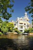Αρχιτεκτονική σπιτιών του Άμστερνταμ με την όψη ποταμών Στοκ Φωτογραφίες