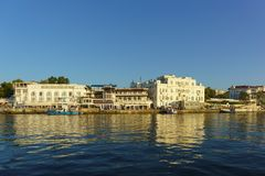 Αρχιτεκτονική στην προκυμαία της πόλης Μαύρης Θάλασσας Στην αποβάθρα είναι βάρκες Στοκ φωτογραφία με δικαίωμα ελεύθερης χρήσης