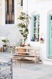 Αρχιτεκτονική στις Κυκλάδες Ελληνικά κτήρια νησιών με το ty της στοκ φωτογραφίες
