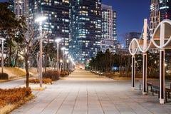 Αρχιτεκτονική στο πάρκο στη νύχτα στοκ εικόνα