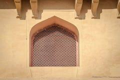 Αρχιτεκτονική στο Jaipur Ένα σχηματισμένο αψίδα παράθυρο Στοκ φωτογραφία με δικαίωμα ελεύθερης χρήσης