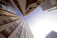αρχιτεκτονική σύγχρονο Π& χρυσή ιδιοκτησία βασικών πλήκτρων επιχειρησιακής έννοιας που φθάνει στον ουρανό Στοκ Φωτογραφίες