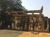 Αρχιτεκτονική της Καμπότζης Bas-ανακούφιση Μάχη με τους ελέφαντες κατά μήκος του πεζουλιού των ελεφάντων Χάραξη τοίχων σε Angkor  Στοκ φωτογραφία με δικαίωμα ελεύθερης χρήσης