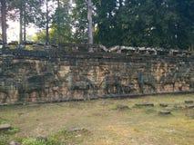 Αρχιτεκτονική της Καμπότζης Bas-ανακούφιση Μάχη με τους ελέφαντες κατά μήκος του πεζουλιού των ελεφάντων Χάραξη τοίχων σε Angkor  Στοκ Εικόνες