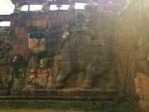 Αρχιτεκτονική της Καμπότζης Bas-ανακούφιση Μάχη με τους ελέφαντες κατά μήκος του πεζουλιού των ελεφάντων Χάραξη τοίχων σε Angkor  Στοκ Φωτογραφία