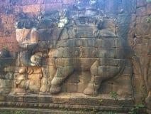 Αρχιτεκτονική της Καμπότζης Bas-ανακούφιση Μάχη με τους ελέφαντες κατά μήκος του πεζουλιού των ελεφάντων Χάραξη τοίχων σε Angkor  Στοκ Φωτογραφίες