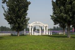 Αρχιτεκτονική τοπίων πάρκων, άσπρη πύλη αψίδων, φράκτης στοκ εικόνες