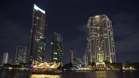 Αρχιτεκτονική του εμπορικού κέντρου της μητρόπολης νύχτα στο εμπορικό κέντρο κτίρια γραφείων στον ποταμό απόθεμα βίντεο