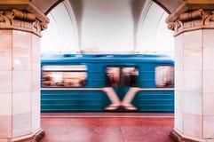 Αρχιτεκτονική του μετρό της Μόσχας και του κινούμενου τραίνου Στοκ Φωτογραφίες