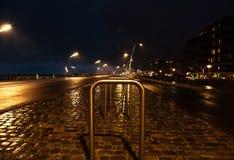 Αρχιτεκτονική του σύγχρονου κέντρου πόλεων της Χάγης Χάγη τη νύχτα netherlands Στοκ Εικόνες